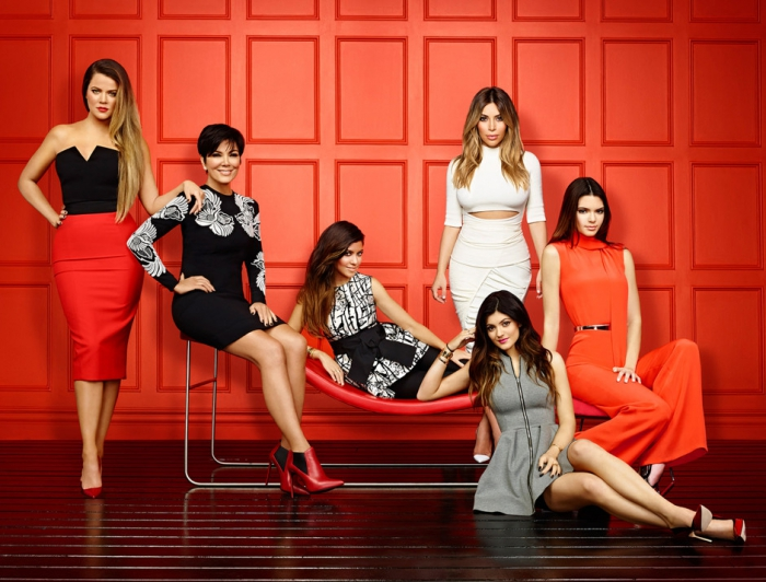Слева направо: Хлои Кардашьян, Крис Дженнер, Кортни Кардашьян, Ким Кардашьян, Кайли Дженнер, Кендалл Дженнер